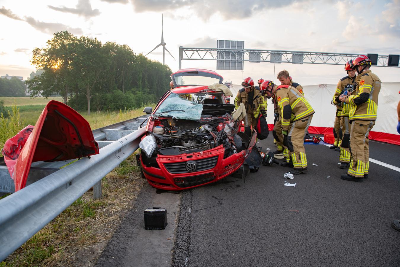 De auto die vanochtend totaal vernield raakte bij de aanrijding op de A1 bij Deventer.