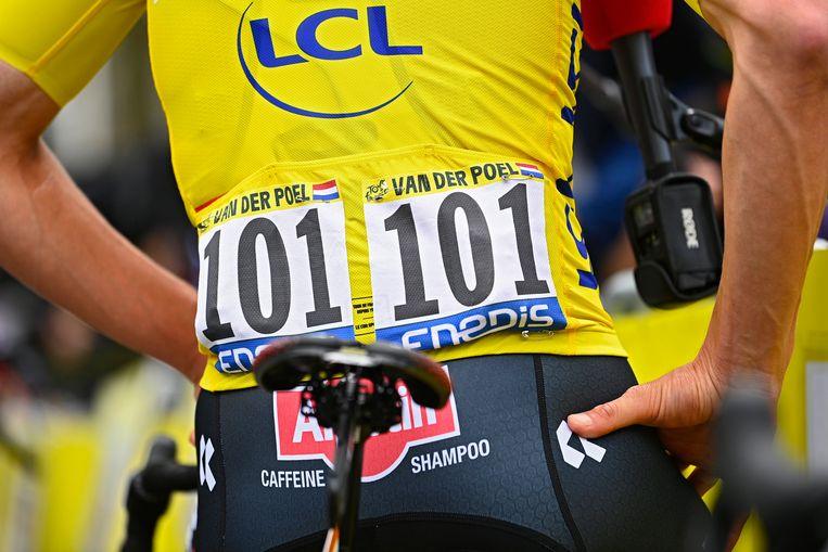 Mathieu van der Poel start in het geel in Pontivy. Beeld Photo News