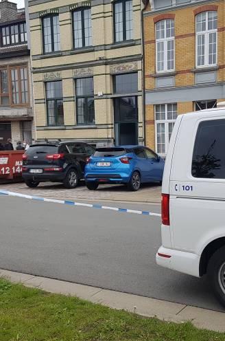 Man (45) dringt woning van ex binnen en schiet haar nieuwe vriend neer: politie met man en macht op zoek naar voortvluchtige dader