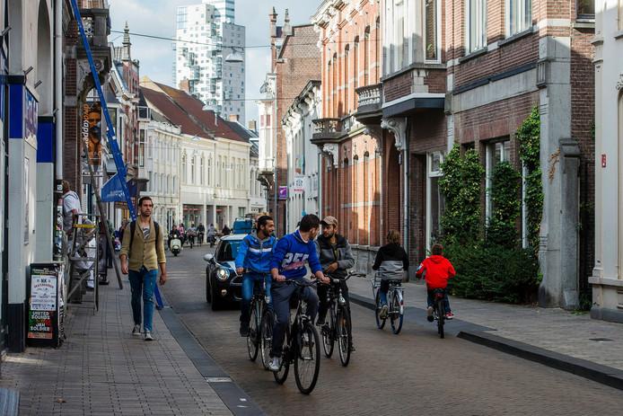 Verkeer in de Nieuwlandstraat, na de zomer van 2020 moet de straat autoluw worden.