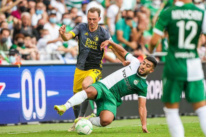 Fredrik Aursnes in duel met Mohammad Abu Fani van Maccabi Haifa.