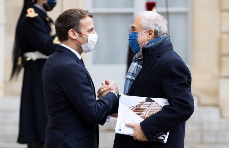 Macron begroet José Ángel Gurría, hoofd van de OESO.  Beeld EPA