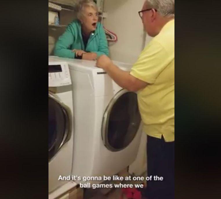Zes minuten lang is het gieren en brullen met deze oma die achter haar wasmachine vastzit en dubbelzinnige commentaren geeft.