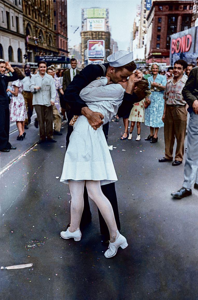 14 augustus 1945. Japan geeft zich over, WOII is ten einde. Op Times Square kust matroos George Mendonsa een wildvreemde verpleegster. Mendonsa overleed eerder deze week. Hij werd 95 jaar.   Beeld RV Foto uit De tijd in kleur, uitg. Omniboek.