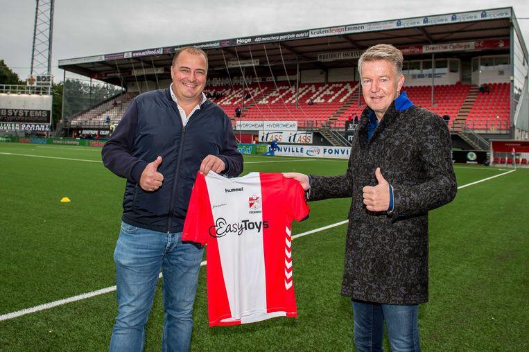 De directeur van Easytoys Eric Idema (links) met voorzitter van FC Emmen Ronald Lubbers voorafgaand aan de Eredivisiewedstrijd tussen FC Emmen en Willem II op 27 september 2020. Beeld ANP, Cor Lasker