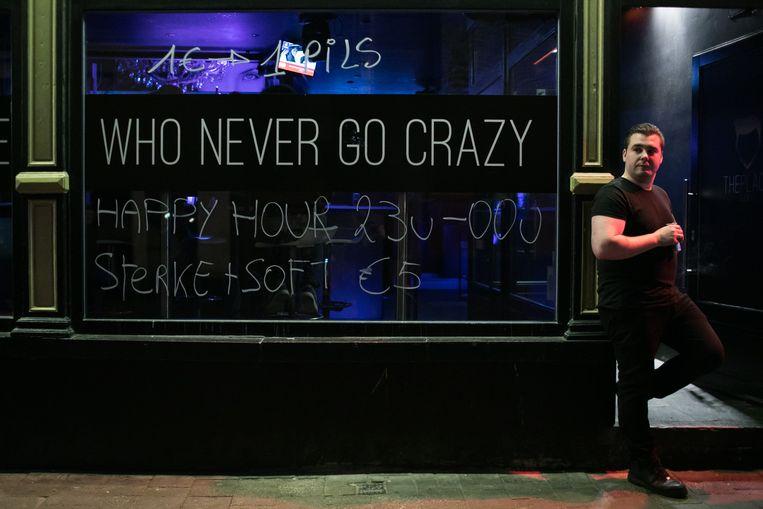 Enkele cafés lokken studenten met stuntpromo-acties. Beeld BAS BOGAERTS