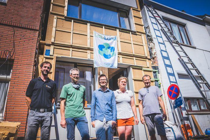Kristof de Jaeger van Inhout, Jan Van Loo van Labland, architect Nicolaï De Mulder, eigenaar Klara Malschaert en Steven Vromman van Labland, voor het inschuifhuis. De gevel wordt nog afgewerkt.