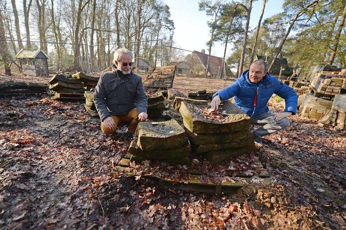 Paul Wigger (rechts) en voorzitter Joep Bode van de stichting Erve Kraegsenberg bij de Bentheimer zandstenen die de dieven hebben achtergelaten.
