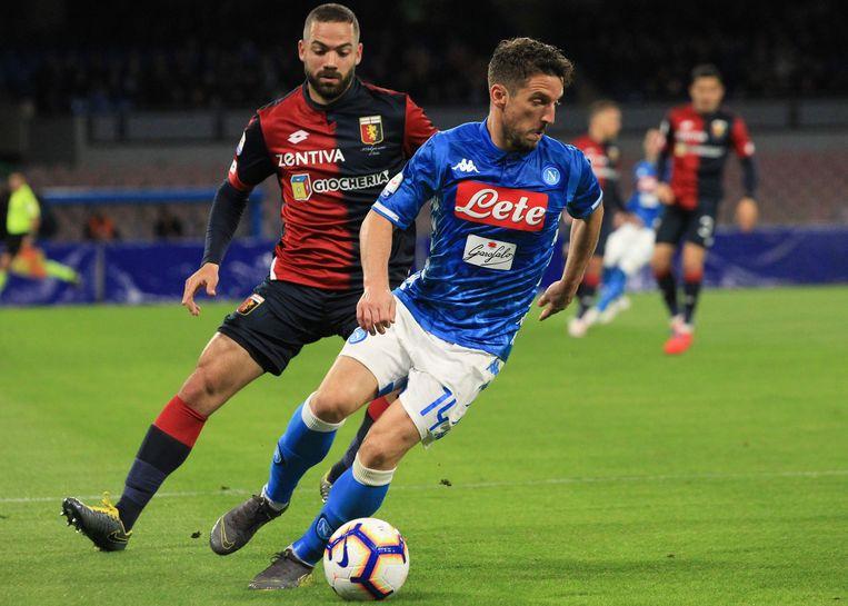 Mertens is Davide Biraschi van Genua te snel af. Beeld AFP