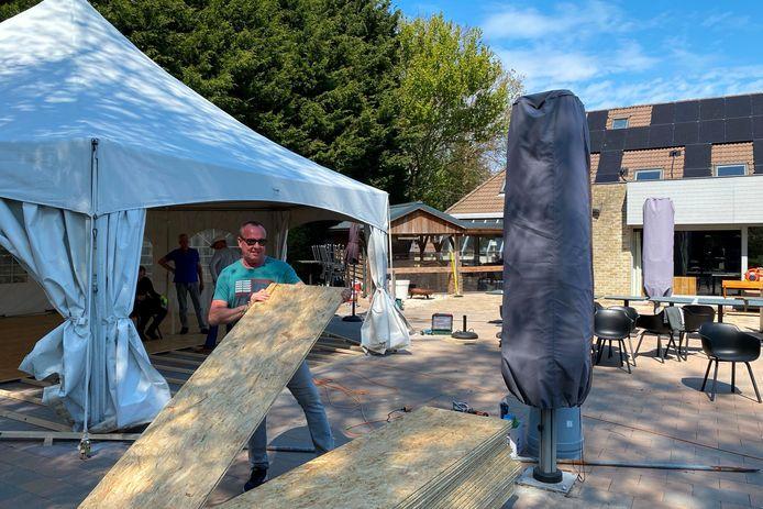 Wim Van Damme van Restaurant Gozar in Erpe voorziet naast zijn overdekt terras ook een open tent.