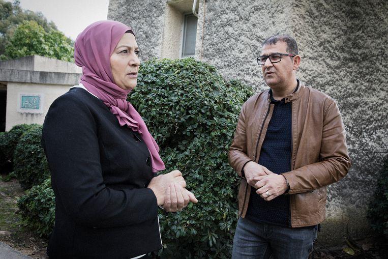 Samir Atamni (r), directeur van het Joods-Arabische centrum Givat Haviva en Anhar Masarwa (l) die emancipatieprojecten voor vrouwen leidt.  Beeld Daniel Rosenthal