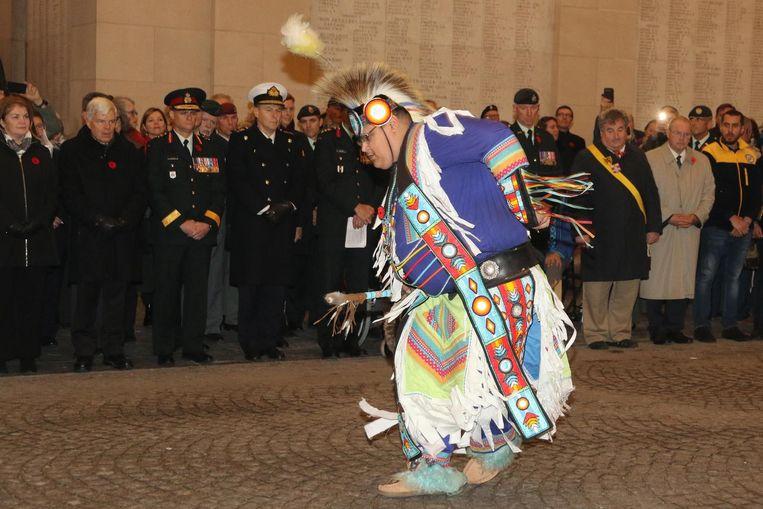 Een Canadese indiaan onder de Menenpoort, hier tijdens een ceremonie in november 2017.