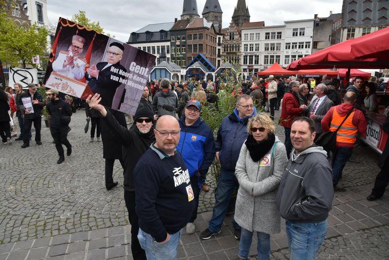 Enkele actievoerders trokken na de betoging naar de Vrijdagmarkt waar het 1 mei-feest plaats vond.