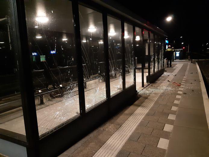Op station Lochem zijn afgelopen weekend 18 ruiten van wachtruimtes vernield.