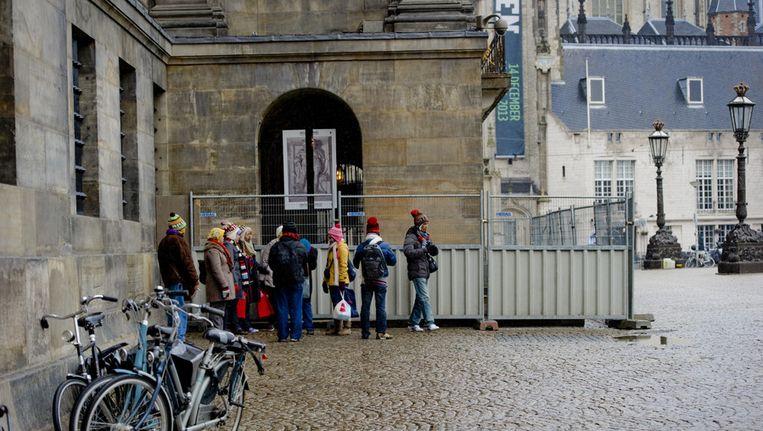 Afzettingen bij de hoofdingang van Paleis op de Dam. De Rijksgebouwendienst heeft hekken om het paleis laten plaatsen om wildplassers tegen te gaan Beeld ANP