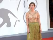 """Une actrice belge se fait remarquer à Venise: """"Les gens voient mes seins dans les films, autant les montrer sur le tapis rouge"""""""