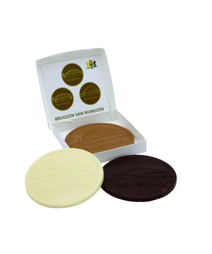 Nijmeegse geschenken: chocolade met de Waalbrug.