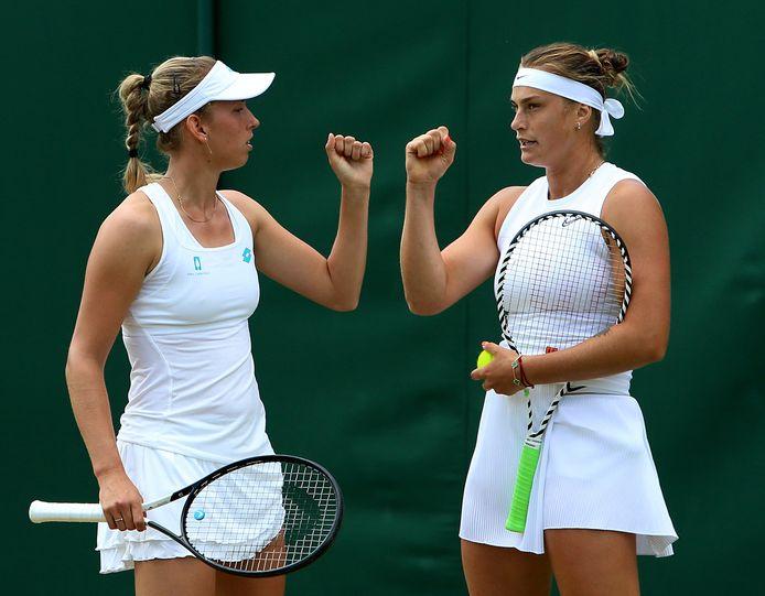 Mertens (rechts) en Sabalenka stoten door op Wimbledon