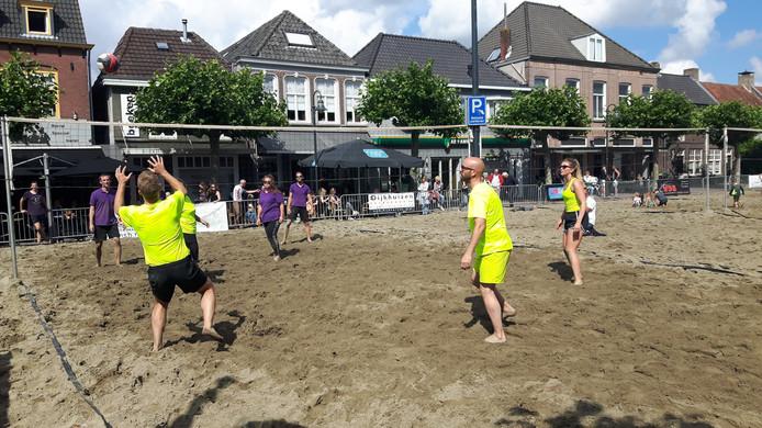De finale bij de gemengde teams tussen 'Pacqt bv' (gele shirts) en Spuit 11.