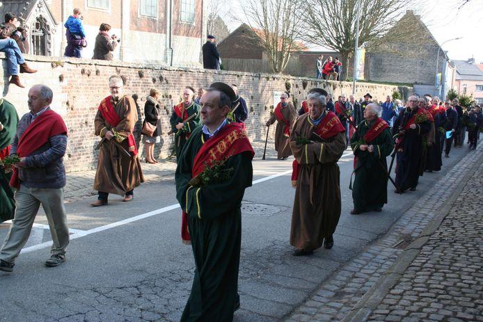 Een beeld dat we dit jaar niet te zien krijgen: Mombaarvader André Stockmans vooraan, gevolgd door de apostelen in de processie