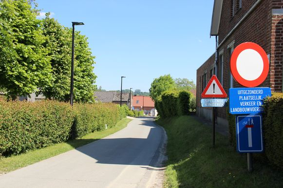 In de Abraham Hansstraat mag enkel plaatselijk verkeer rijden, maar dat is in de praktijk niet zo.