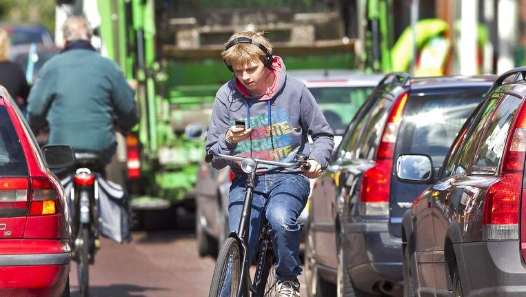Vooral jongeren kijken vaak op een mobieltje, of luisteren muziek. Beeld ANP