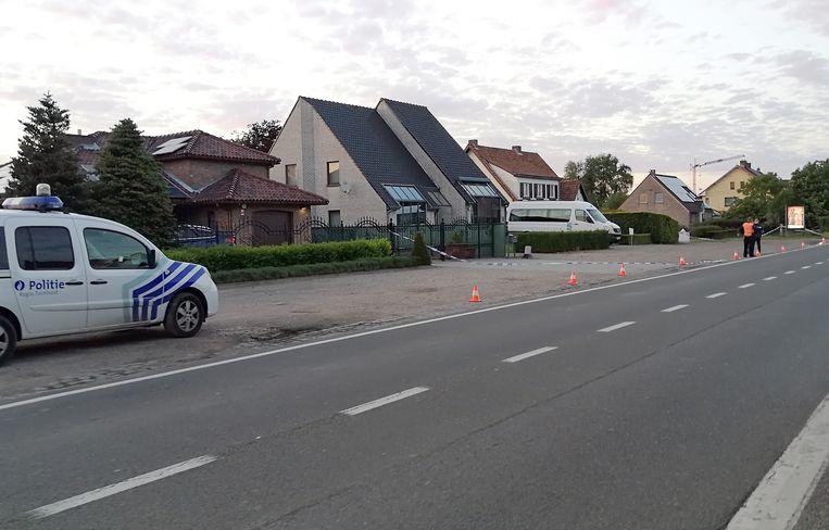Aan Steenweg Op Oosthoven, waar de politie op het vluchtende voertuig vuurde, werd een perimeter ingesteld.