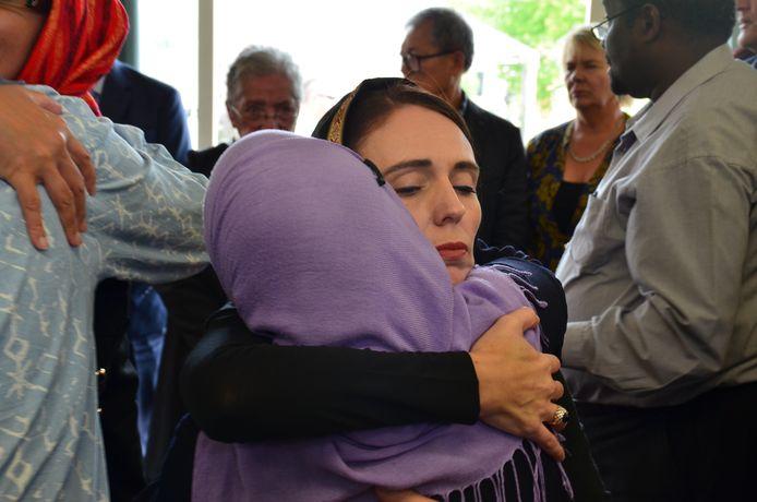 De Nieuw-Zeelandse premier Jacinda Ardern stak leden van de moslimgemeenschap een hart onder de riem na de aanslagen in 2019.