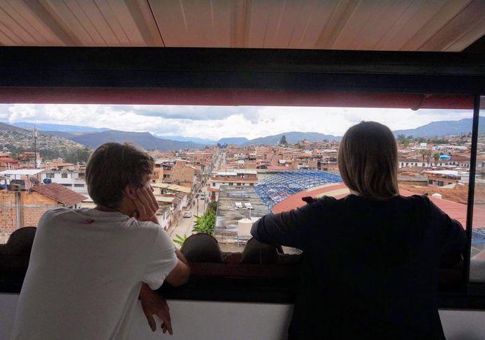 Lukas en Hanne kijken vanuit hun hotelkamer naar buiten tijdens de quarantaine in Peru.