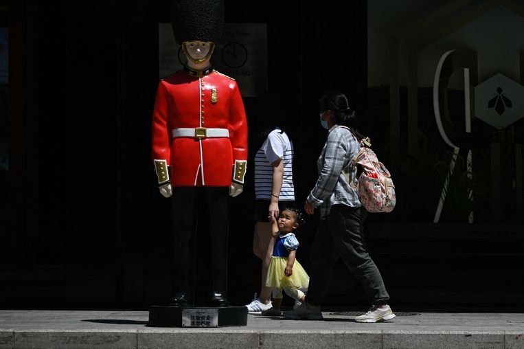 A child looks at a doll as she walks past a toy mall on International Children's Day in Beijing on June 1, 2021. (Photo by WANG Zhao / AFP) Beeld AFP