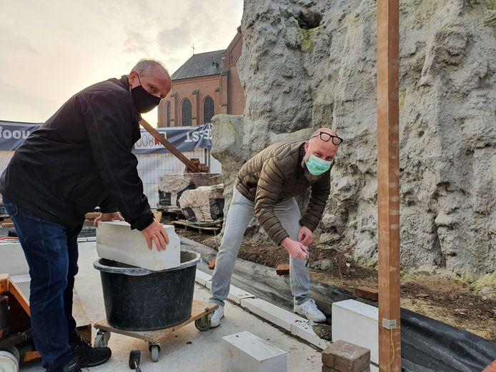 Koning Gery Dockx en hoofdman Gert Rombouts leggen symbolisch de eerste steen van de uitbreiding van het gildelokaal in de Donckstraat in Meer.