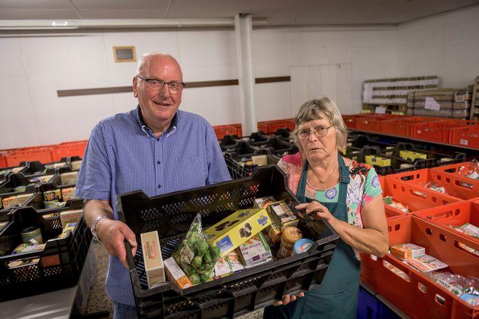 """Han Eulderink, op de foto met Jenny van de Steeg, waarschuwt dat de Voedselbank Midden Twente ophoudt te bestaan als er niet snel een nieuw onderkomen is gevonden. """"Kennelijk denken ze in de gemeenteraad dat we bluffen."""""""