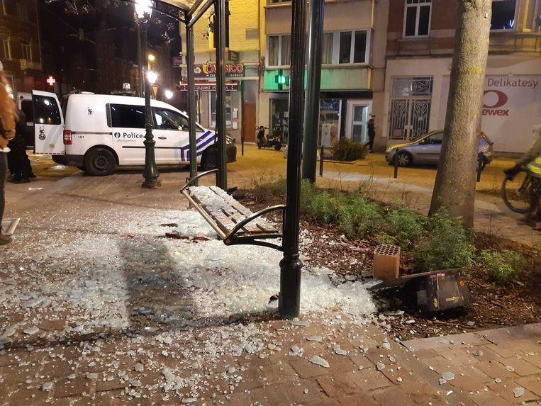 Op het Sint-Antoonplein in Etterbeek werden onder andere bushokjes vernield. Beeld Marc Baert