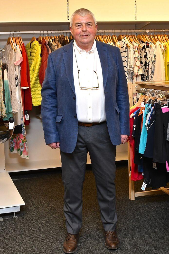 Nieuwe Kringloopwinkel Menen. Burgemeester Eddy Lust kroop zelf in een outfit die te koop is in de nieuwe winkel.