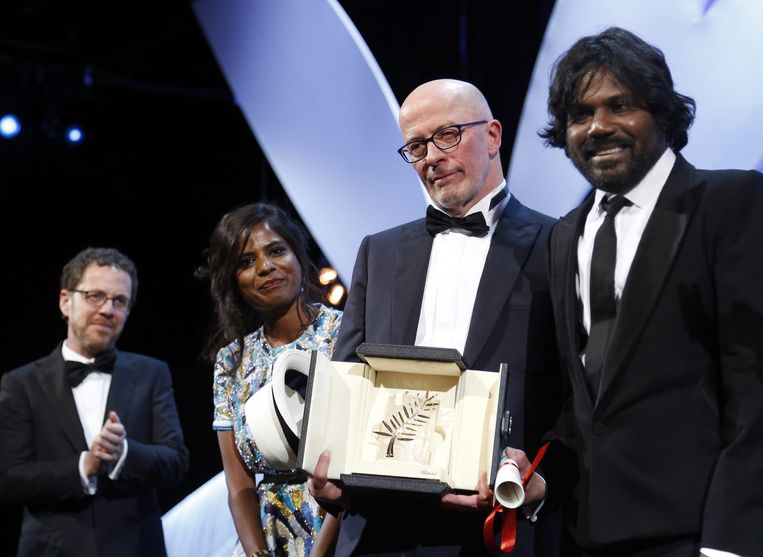 Jacques Audiard met de Gouden Palm voor Dheepan met naast zich acteurs Jesuthasan Antonythasan (r) en Kalieaswari Srinivasan (l). Beeld EPA