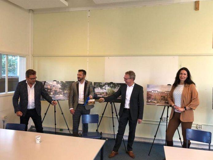 Overijssels gedeputeerde Monique van Haaf rechts, naast wethouder Gerard Gerrits en vertegenwoordigers van de Hengeloos-Rijssense bouwcombinatie HK2 en Nijhuis Bouw bv.