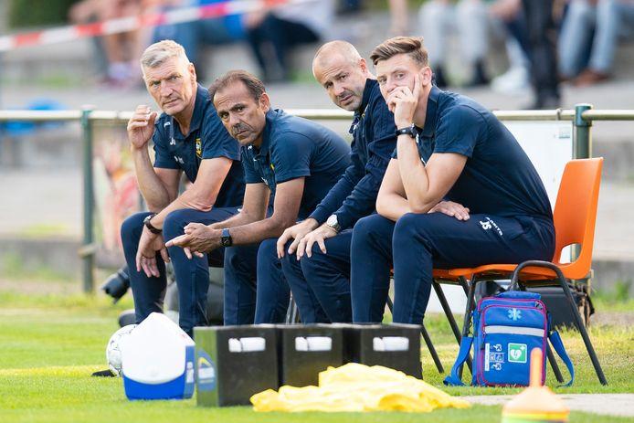 Jeroen Schepens (rechts) op de bank van VVV, als assistent van hoofdtrainer Jos Luhukay (tweede van links).