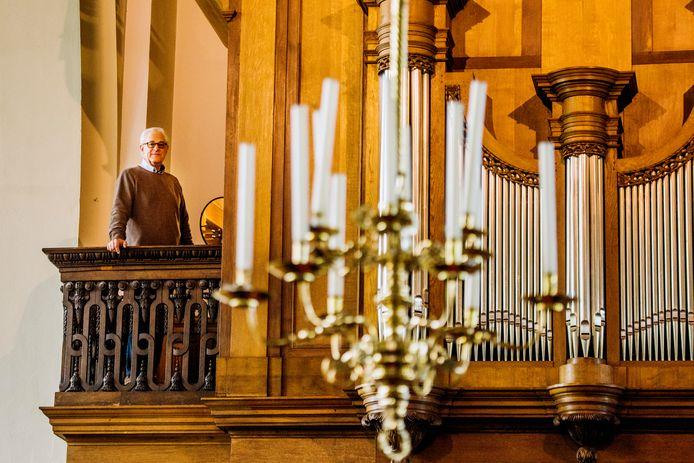 Organist Ad van Sleuwen bij het Van Hirthum-orgel in de kerk van Hilvarenbeek