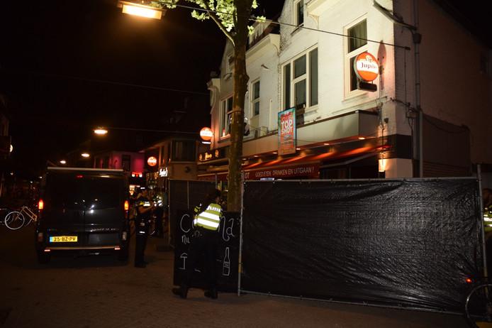 Het café werd afgezet met zwarte schermen