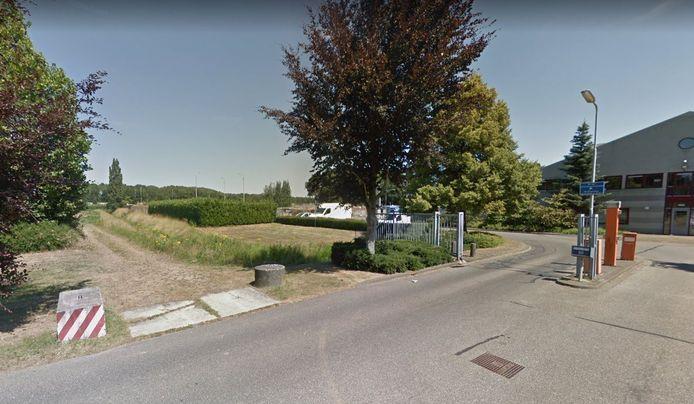 De locatie aan Belgeren in de Bossche wijk Maaspoort waar 44 tijdelijke woningen moeten komen. Rechts de gemeentewerf.