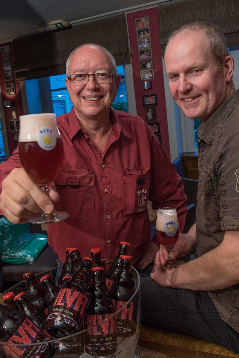 De leden van biervereniging Bles proeven hun nieuwe biertje 'Alva'.