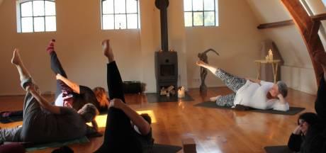 Is yoga wel voor iedereen? 'Als je niet lenig bent, is het juist iets voor jou'