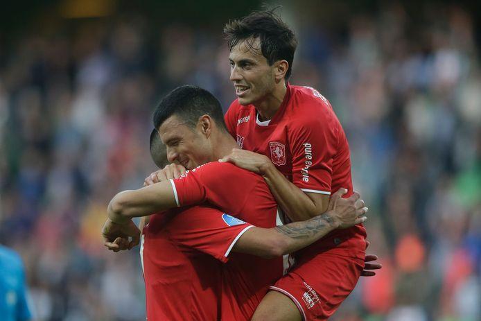 Een drietal vertrekkers: Javier Espinosa (rechts) en Haris Vuckic knuffelen doelpuntenmaker Aitor.