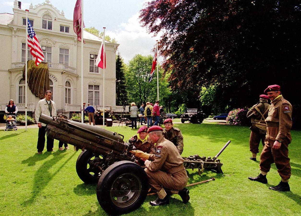 Open dag van de Vereniging Vrienden van het Airborne Museum in 1998 bij Hartenstein.