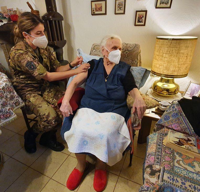 Teodora Di Cristofano is een van de bejaarden die door een 'mobiel team' van het Italiaanse leger tegen Covid-19 is gevaccineerd. Beeld Pauline Valkenet
