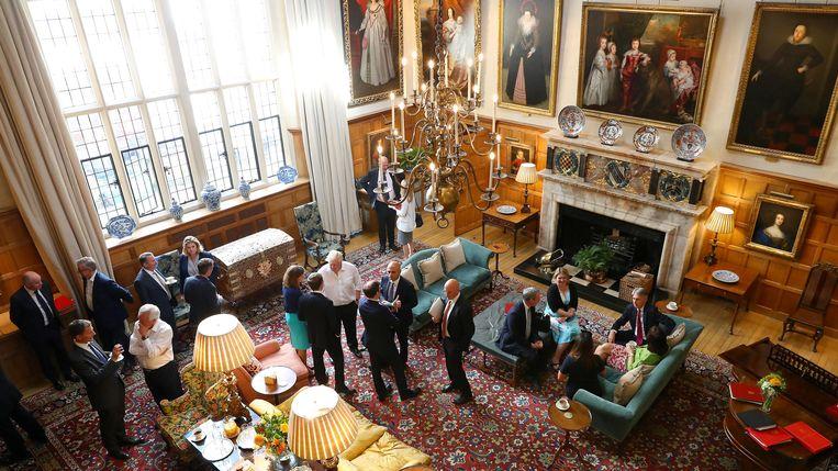 Theresa May en haar kabinet verzamelen over de brexit in Chequers, het buitenverblijf van de Britse premier. Beeld REUTERS