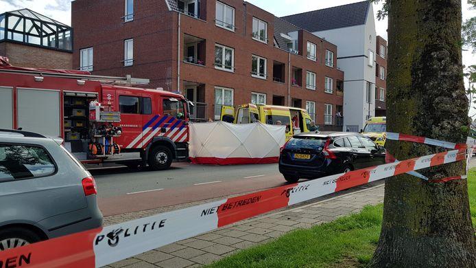Hulpverleners proberen tevergeefs het leven van Kılıçsoy te redden bij het Thorbeckeplein in Beuningen.