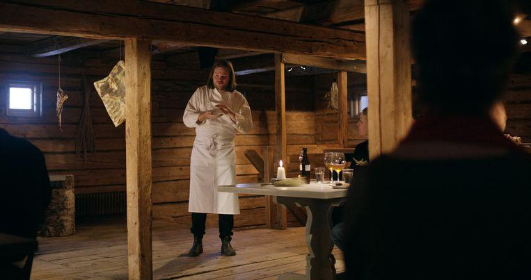 De Zweedse kok Magnus Nilsson in zijn 'boerenschuur'. Beeld Netflix