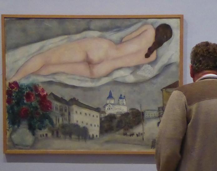 Een kunstminnende lezer van Tubantia bestudeert een van Chagall's topstukken in Munster.