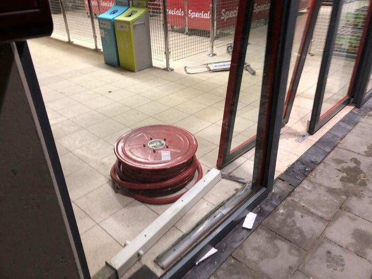 De daders braken een brandhaspel los en klopten ook de glazen toegangsdeur stuk